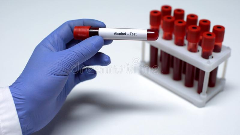 Thumbnail Teste De Álcool Médico Mostrando Amostra Sangue No Tubo Pesquisa Laboratório Exame Saúde Foto Estoque 161862568
