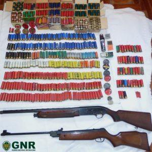 Armas E 800 Munições Apreendidas A Homem Que Agrediu Mulher Durante 11 Anos